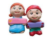 Куклы мальчика и девушки усмехаются вместе с белой предпосылкой Стоковые Изображения