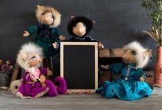 Куклы собрания handmade с пустым классн классным на деревянных животиках Стоковое Изображение RF
