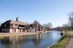 Кулачок реки в Кембридже Великобритании показывая дома шлюпки университета и hou Стоковая Фотография