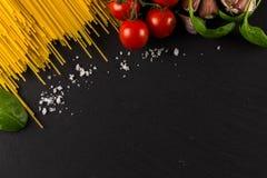 Кулинарная предпосылка для макаронных изделий, томата, трав и специй стоковое фото rf
