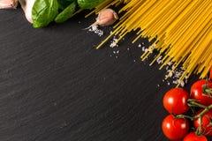 Кулинарная предпосылка для макаронных изделий, томата, трав и специй стоковые фотографии rf