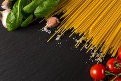 Кулинарная предпосылка для макаронных изделий, томата, трав и специй стоковые фото