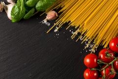 Кулинарная предпосылка для макаронных изделий, томата, трав и специй стоковое изображение