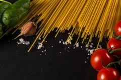 Кулинарная предпосылка для макаронных изделий, томата, трав и специй стоковые изображения rf