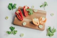 Кулинарная предпосылка с свежими овощами на разделочной доске стоковая фотография