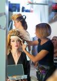 Кулуарный способ hairdressing с художником состава Стоковые Изображения RF