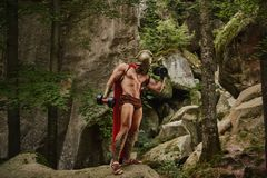 Культурист в бицепсе тренировки обмундирования гладиатора Стоковая Фотография RF