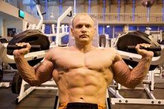 культурист делая поднятие тяжестей гимнастики Стоковая Фотография