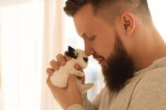 Культурист с маленьким кроликом стоковые фотографии rf