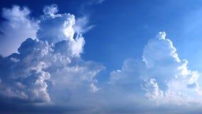Кумулюс и циррус смогли в цвете небес ярком голубом славном на afte Стоковые Фотографии RF