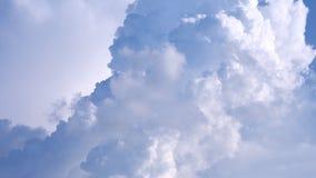 Кумулюс смог вполне обрамить и голубые небеса имеют космос Стоковое Фото
