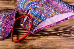 Купальник и солнечные очки на деревянной предпосылке Жулик летнего отпуска Стоковая Фотография