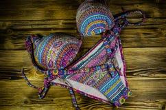 Купальник на деревянной предпосылке игрушка лета пасспорта праздника принципиальной схемы пляжа великобританская Взгляд сверху Стоковые Фотографии RF