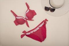 Купальник, шляпа и солнечные очки Шкаф пляжа Модное concep стоковая фотография