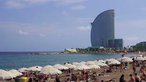 Купальщики Барселоны, Испании на среднеземноморском пляже видеоматериал