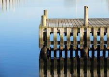 Купать молу и этап посадки для шлюпок с отражением воды Стоковое Фото