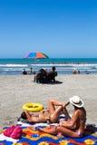 Купать солнца девушек на пляже Стоковое Изображение RF
