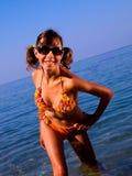 купать яркий темный костюм стекел девушки Стоковые Фотографии RF