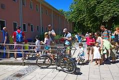 Купающ в Мюнхене, длинная очередь к ваннам заплывания Стоковые Изображения