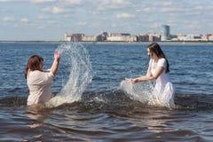 купающ утеху мальчика меньшее лето моря Стоковая Фотография