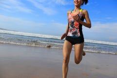 Купальник носки женщины фитнеса бежать на пляже Стоковые Фото