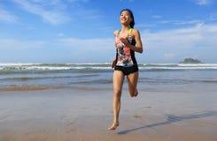 Купальник носки женщины фитнеса бежать на пляже Стоковое Изображение RF