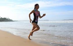 Купальник носки женщины фитнеса бежать на пляже Стоковое Фото