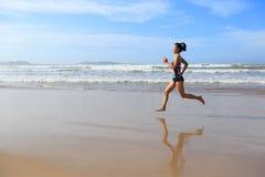 Купальник носки женщины фитнеса бежать на пляже Стоковые Фотографии RF