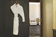Купальный халат в ванной комнате гостиницы Стоковое фото RF