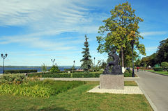 ` Купальщика ` бронзовой скульптуры на обваловке Рекы Волга samara стоковое изображение