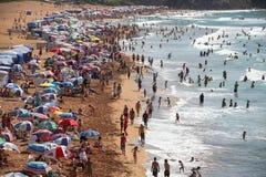Купальщики и пляж алжирского побережья в Kabylia Стоковая Фотография