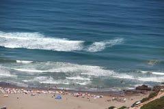 Купальщики на песчаном пляже алжирского побережья Стоковое Фото