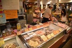 Купец рекомендует сырцовый продукт моря к клиенту Стоковое Изображение RF