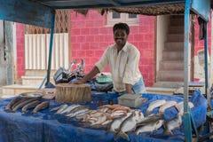 Купец рыб на уличном рынке Стоковая Фотография RF