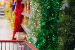 Купите гирлянды рождества на магазине стоковые изображения