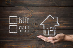 Купите или продайте дом написанный на деревянных досках Стоковые Изображения RF