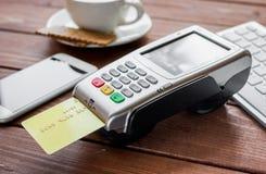 Купите кофе с кредитной карточкой и стержень на предпосылке таблицы стоковые фото