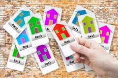 Купите новый дом - руку женщины держа билет стоковые фотографии rf