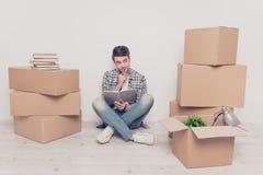 Купите покупателю вскользь концепцией воображения персоны людей имущества коробки Стоковое фото RF