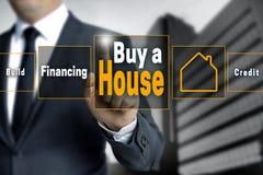 Купите сенсорный экран дома эксплуатирует бизнесменом Стоковая Фотография RF