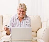 купите creditcard товар интернета к использованию женщины стоковые фотографии rf