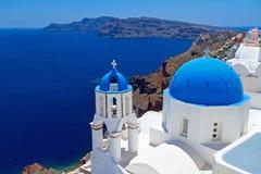 Куполки Santorini, Греция церков Стоковое Изображение
