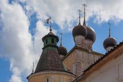 Куполы церков строба Sretensky монастыря Бориса и Gleb, Yaro стоковые фото