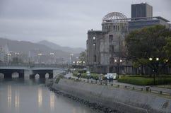 Купол атомной бомбы во время дождливого дня в Хиросиме, Японии Стоковые Фото