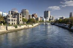 Купол атомной бомбы, река и современные здания в Хиросиме, Японии Стоковая Фотография