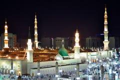 Купол зеленого цвета мечети пророка на ноче стоковые фото