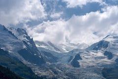 Купол и горные пики с ледником Bossons в европейских Альпах, ландшафт Aiguille du Gouter лета снежный стоковые изображения rf