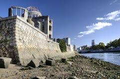 Купол и речной берег атомной бомбы в Хиросиме, Японии Стоковые Фото