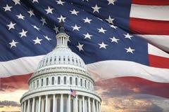 Купол капитолия США с американским флагом и драматическим небом позади Стоковое Изображение RF