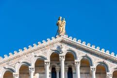 Купол собора предназначенного к Santa Maria Assunta, в dei Miracoli аркады в Пизе стоковые фото